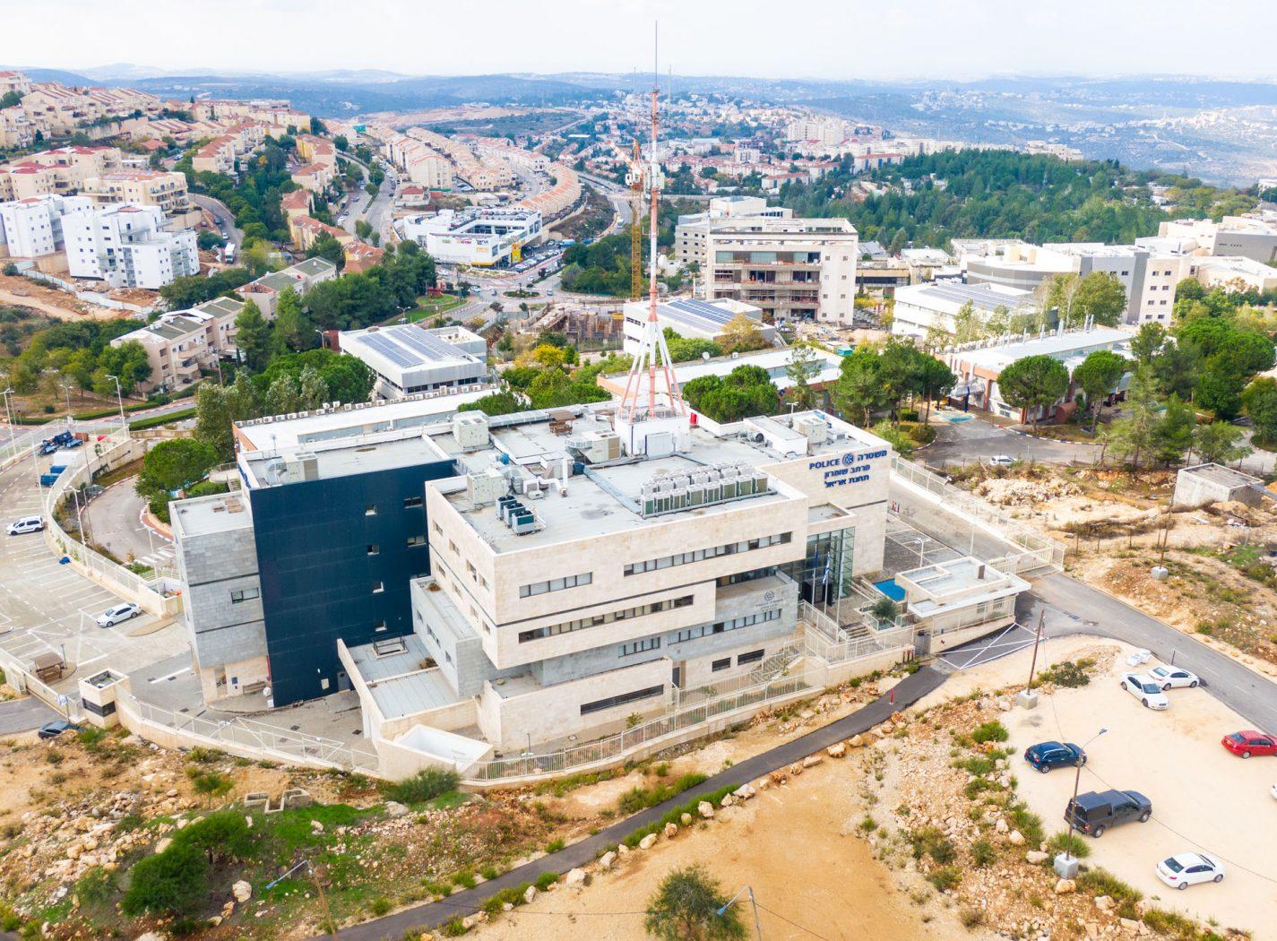 """צילום של בניין משטרת ישראל מחוז ש""""י אריאל"""